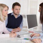Junges Paar in einer Besprechung: Kunde und Berater